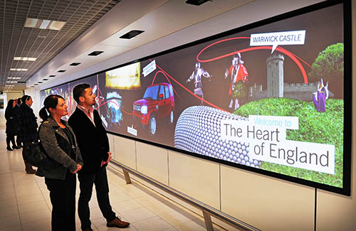 Passengers-admire-The-Heart-of-England-Welcome